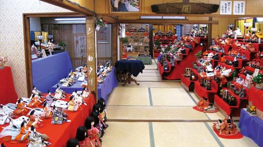 雛人形が並ぶ店舗内