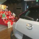京都マツダ西五条店に安藤人形店の帯地段飾りを展示